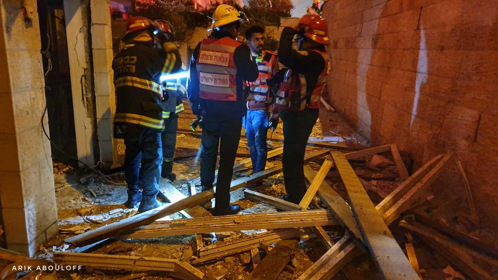 צפו: פיצוץ גז בבית הכנסת בשכונת בית וגן – חשש לקריסת המבנה