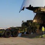 צפו: המטוס הגדול בעולם פורק משאיות ענק