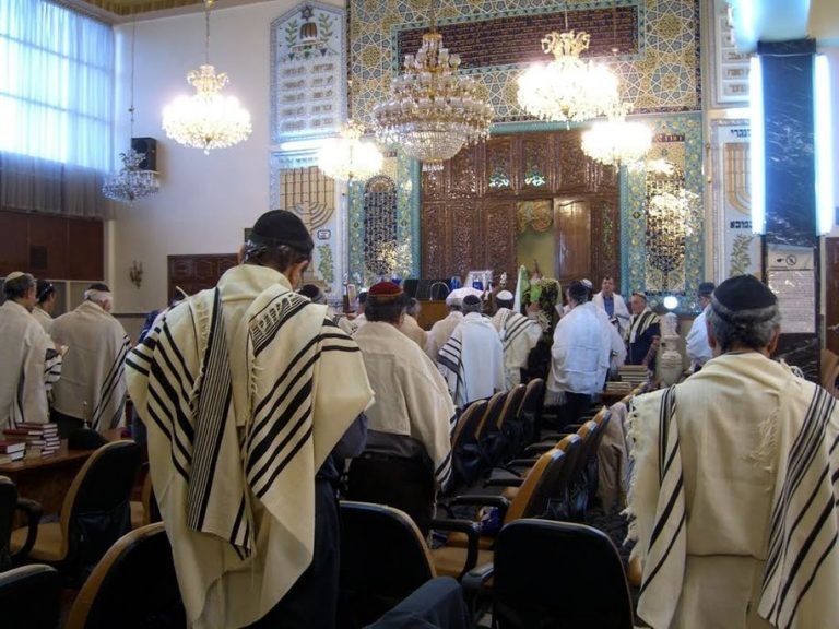 """""""שנה טובה ליהודי העולם"""" שר החוץ האיראני מפרסם תיעוד מבתי הכנסת באיראן"""