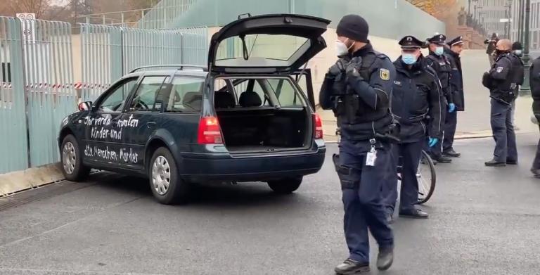 רכב ניסה לפרוץ את שער המשרדים של קנצלרית גרמניה במחאה על הסגר