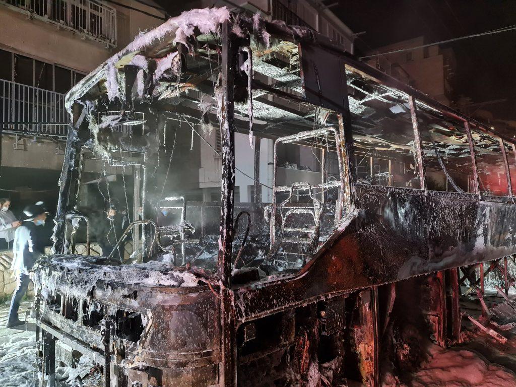 מראות קשים בבני ברק: נער הצית אוטובוס, בכיבוי סירבו להגיע