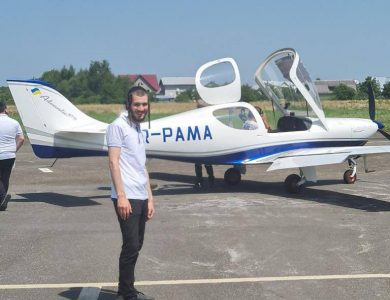 אליעזר בריל לפני עלייתו למטוס שהתרסק