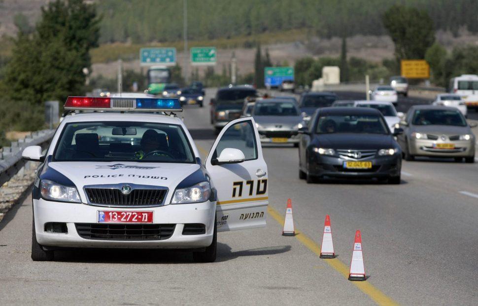 ניידת משטרה בפעילות אכיפה | צילום: Abir Sultan/Flash 90