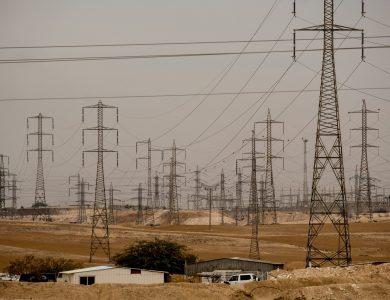 עמודי כבלי החשמל סביב תחנת הכוח ברמת חובב / צילום: Yaniv Nadav/FLASH90