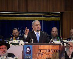 נתניהו בחגיגות יום ירושלים במרכז הרב - מקבל חיבוק מהרבנים   צילום: Aharon Krohn/Flash90