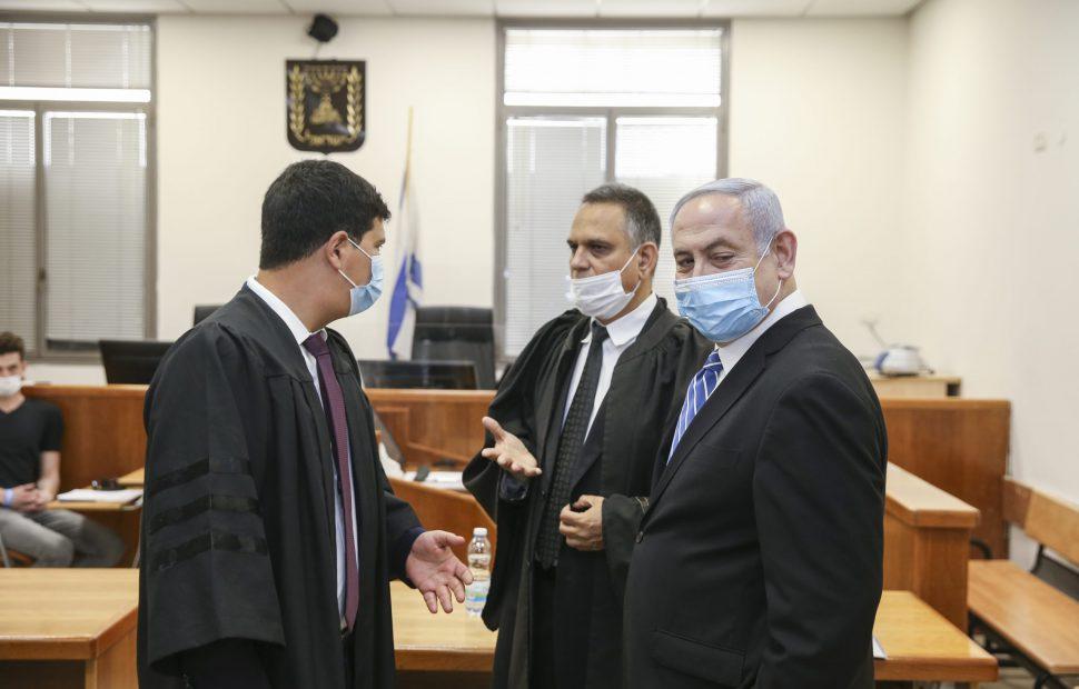 ראש הממשלה בנימין נתניהו בהתייעצות עם עורכי דינו בבית המשפט | צילום:  Amit Shabi/POOL