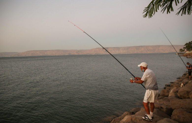 דייג. למצולם אין קשר לכתבה, צולם ביום חול צילום: דוד כהן/פלאש90