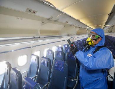חיטוי מטוס מקורונה לקראת טיסה   צילום: Olivier Fitoussi/Flash90