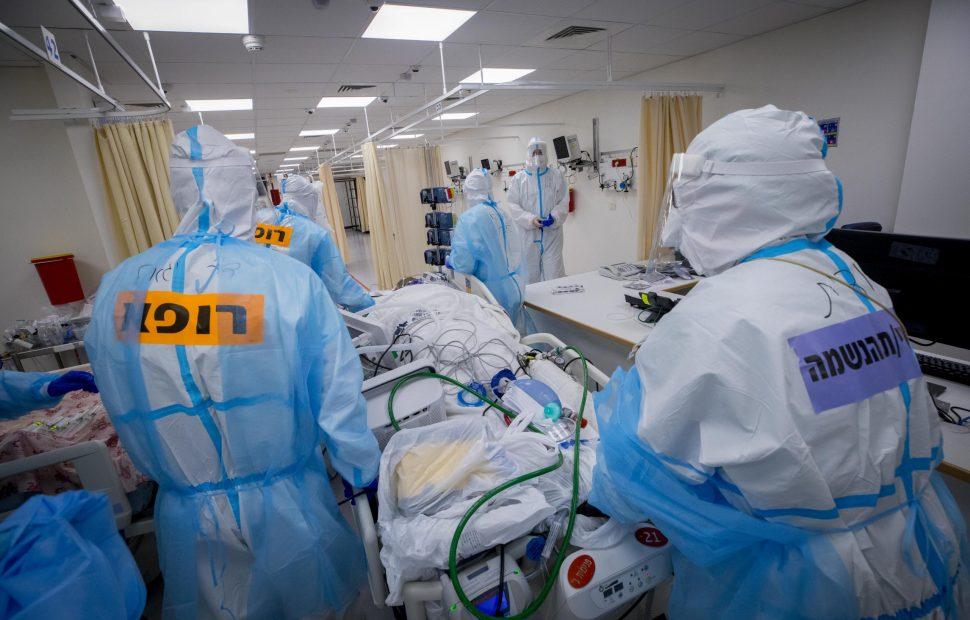 מחלקת קורונה בטיפול נמרץ צילום אוליבייה פיטוסי / Flash90