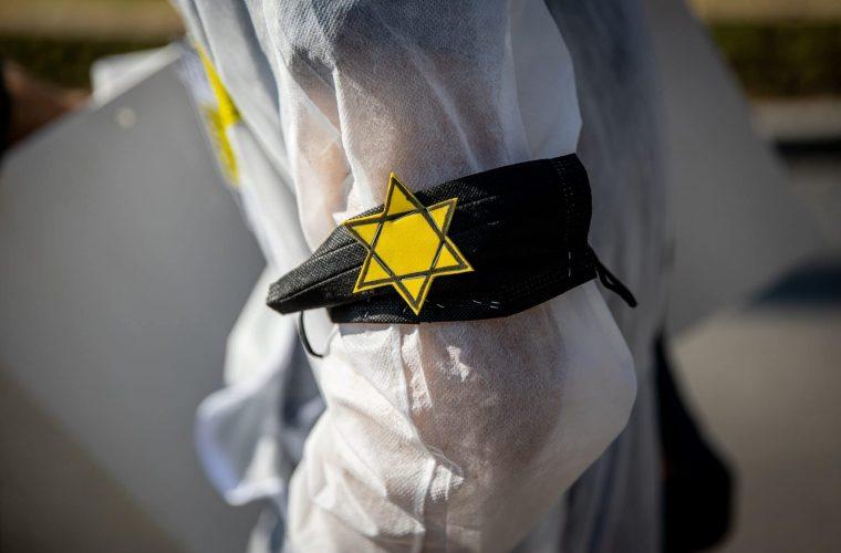 טלאי צהוב בהפגנה נגד חיסונים בישראל צילום: יונתן סינדל / פלאש 90