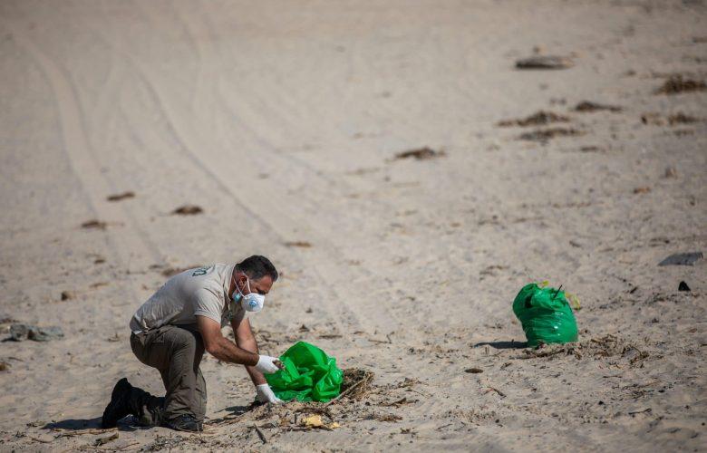 אזרחים מנקים את חופי הים מזיהום הזפת. אילוסטרציה // צילום: פלאש 90