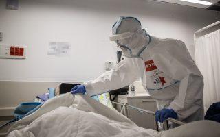חברי צוות בית החולים הרצוג לבושים בבגדי בטיחות במהלך עבודתם במחלקת הקורונה של המרכז הרפואי הרצוג בירושלים, 29 ביולי 2021. צילום: יונתן סינדל/פלאש90